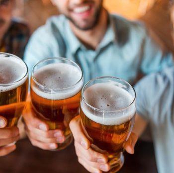 Bere una birra aiuta a essere più socievoli